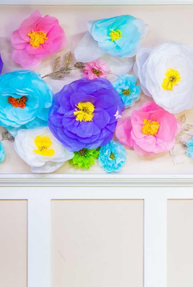 Painel com flores de papel de seda. Uma ótima ideia para decorar a mesa do bolo e o cantinho das fotos