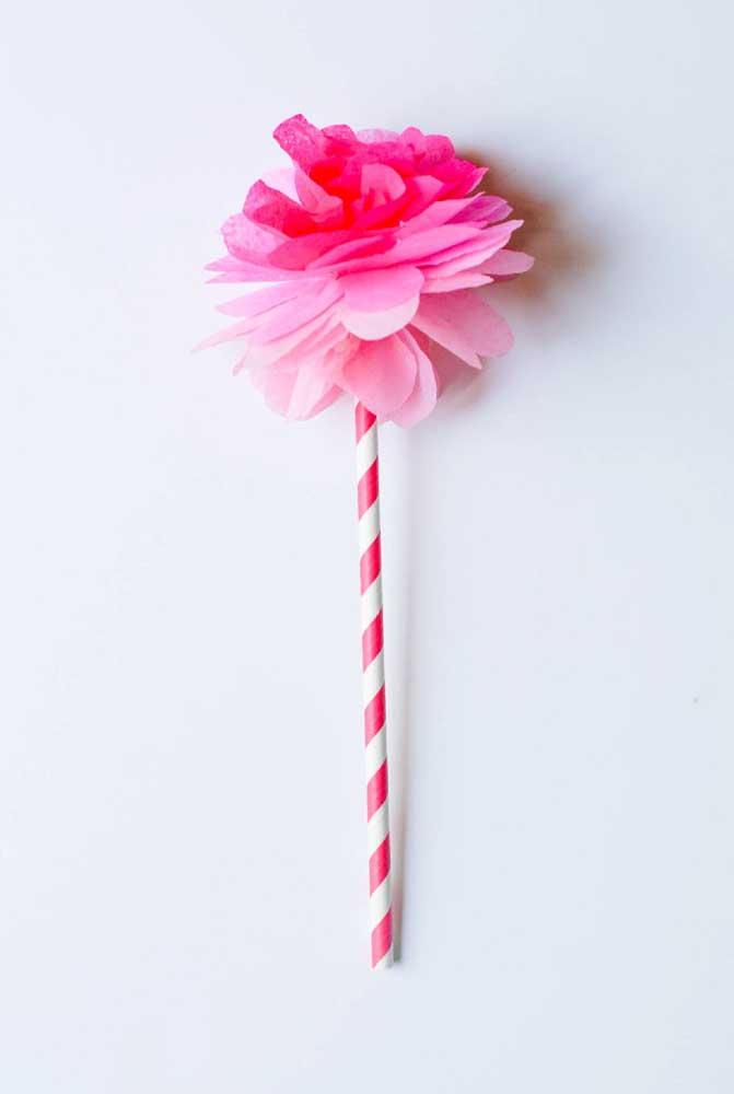 E se o canudinho estiver muito sem graça decore-o com uma flor de papel de seda