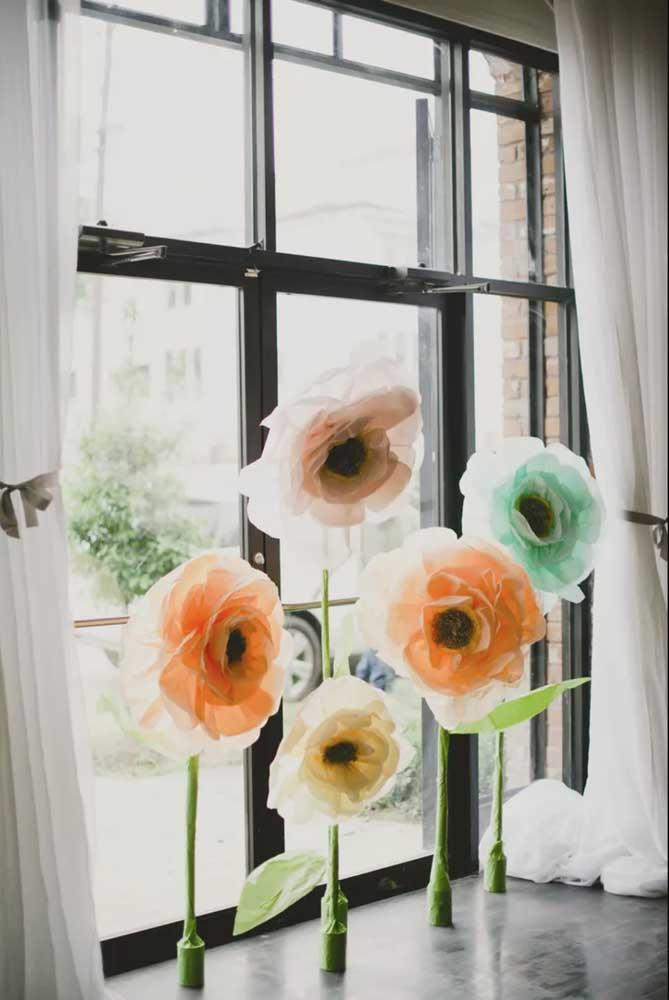 Flores de papel de seda gigantes para alegrar o beiral da janela