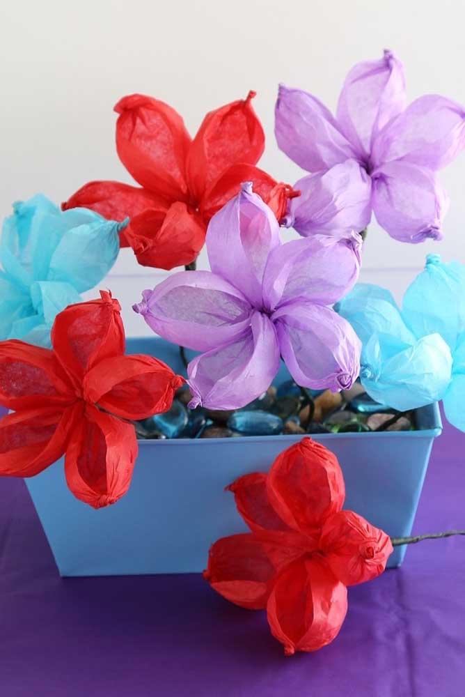 Jardineira com flores de papel de seda. Deixe a criatividade falar mais alto!