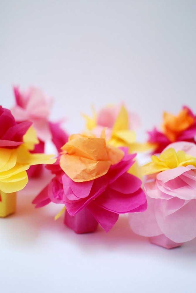 Flores de papel de seda na caixinha. Use para decorar a festa ou para oferecer de lembrancinha aos convidados