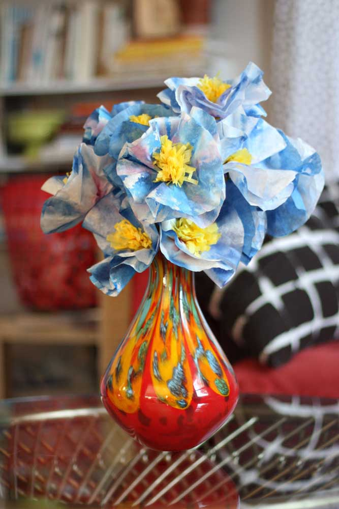 Arranjo de flores de papel de seda para decorar a casa. O tom de azul garantiu um toque de descontração para o enfeite