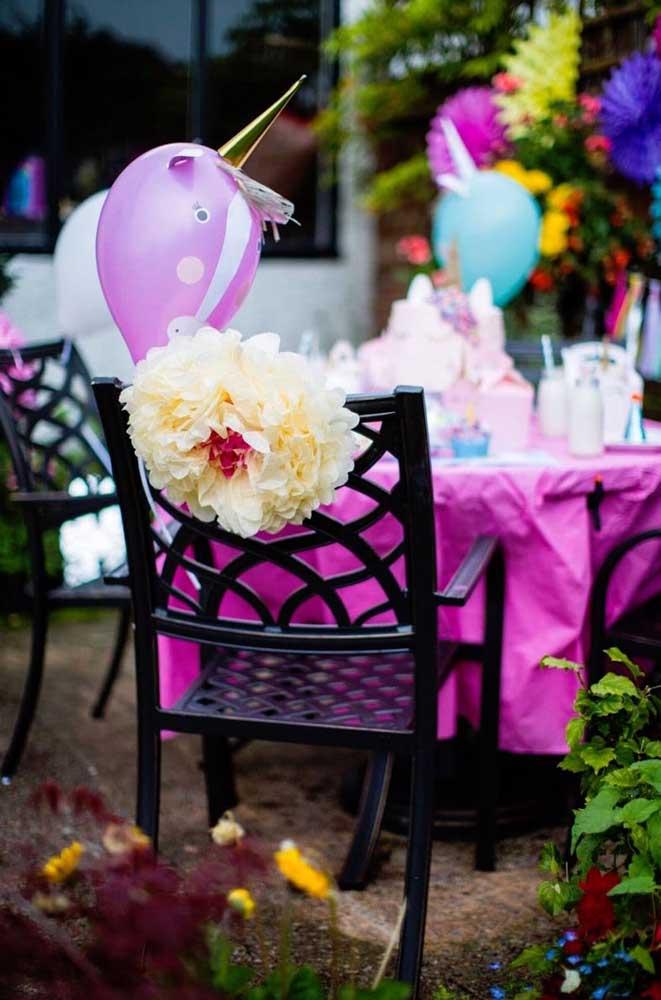 Para cada cadeira da festa, uma flor de papel de seda gigante