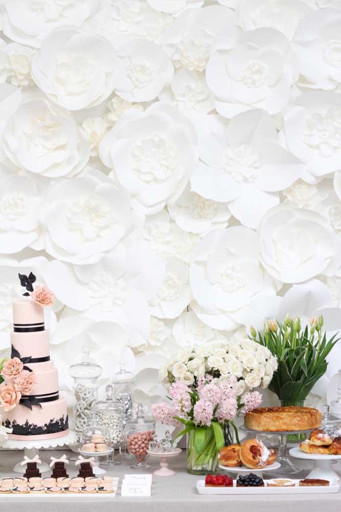 Uau! E o que acha de cobrir toda a parede com flores de papel de seda gigantes? Aqui, a escolha foi pelas flores brancas, mas você pode usar as cores que quiser