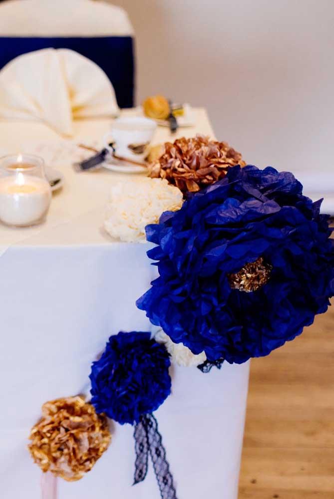 Flor de papel de seda para decorar a mesa posta