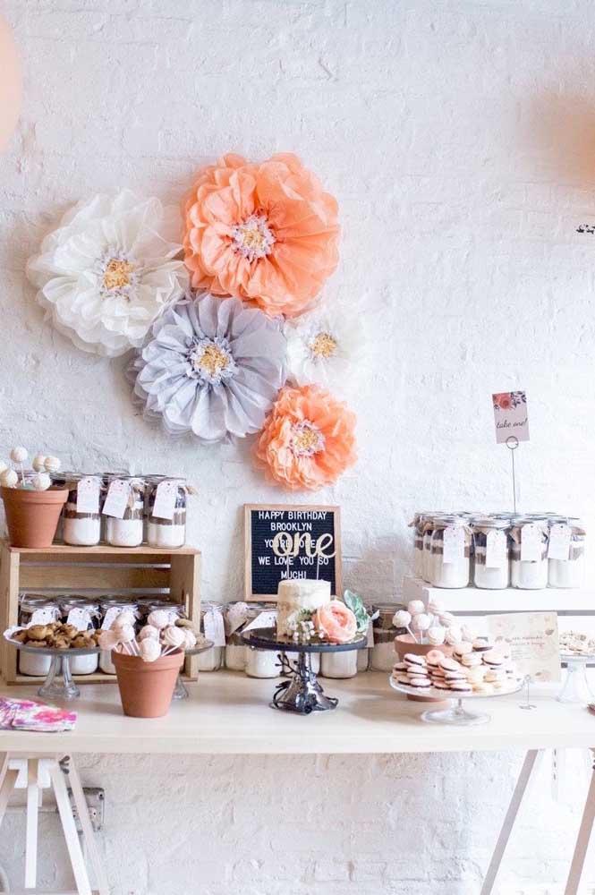 Mesa de doces decorada com flores de papel de seda. Repare que nem precisa de muitas para criar um efeito incrível