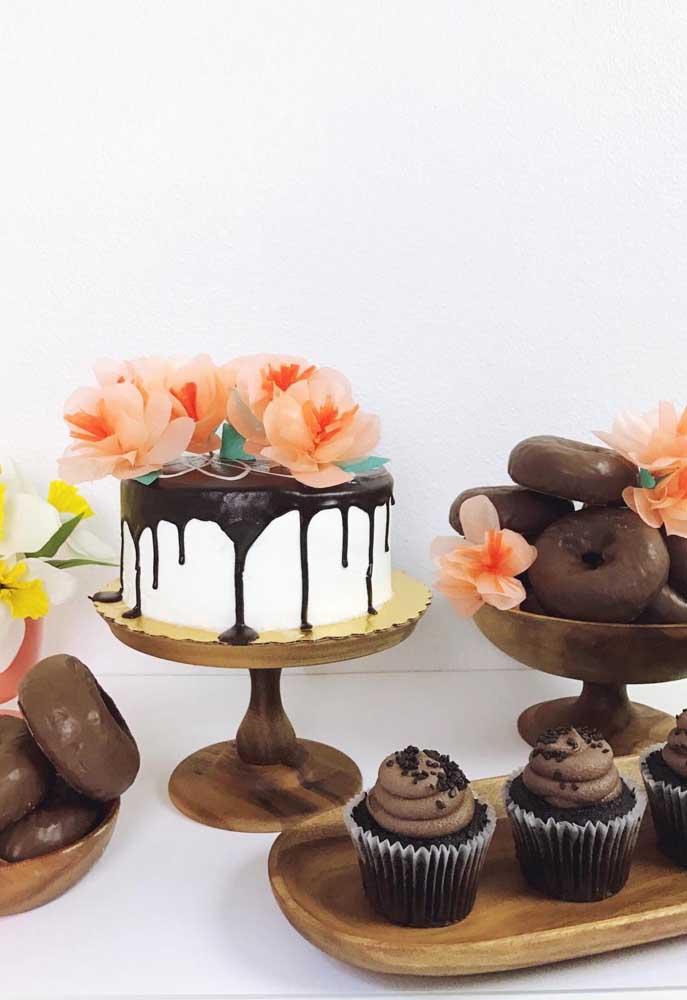 Já pensou usar flores de papel de seda no topo do bolo? Então fica a dica!
