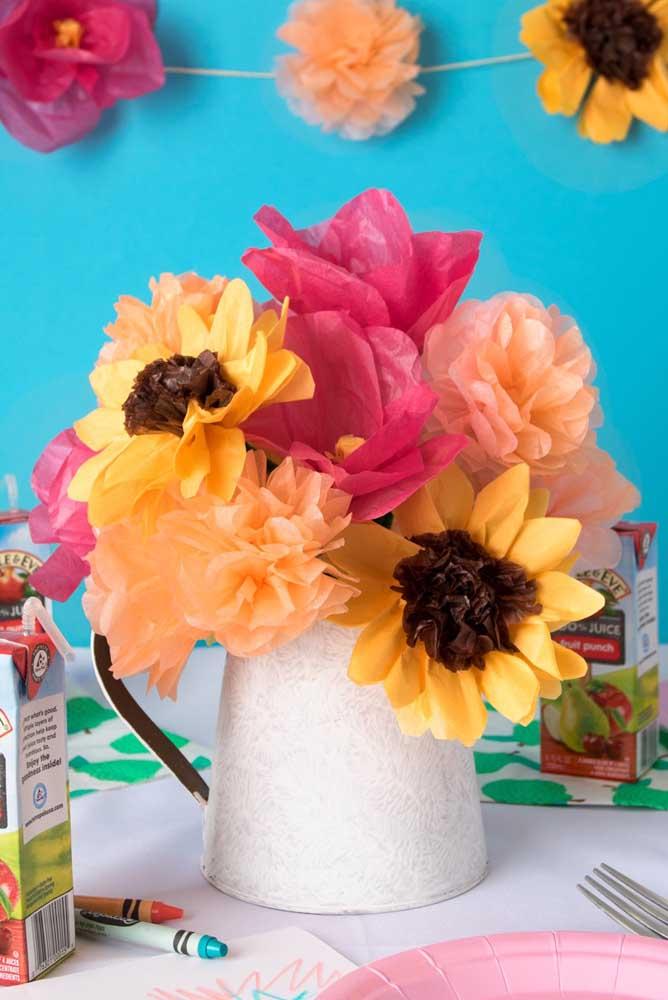 Girassóis, dálias e camélias coloridas feitas em papel de seda decoram e alegram a mesa de jantar