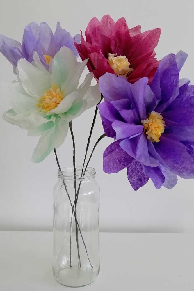 Aqui é a simplicidade que chama a atenção. Repare que as flores de papel de seda foram colocadas em um pote de vidro reaproveitado