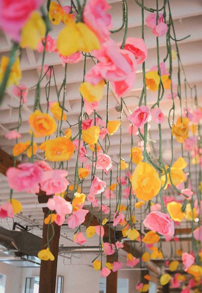 Flores de papel de seda suspensas para criar aquele efeito visual arrebatador na festa