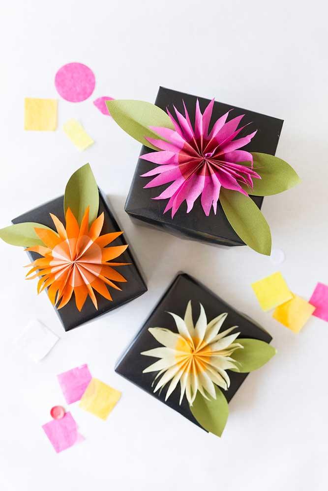 Flores de papel de seda em estilo origami para decorar as caixinhas de papel, que podem ser tanto um presente, quanto uma lembrancinha de festa