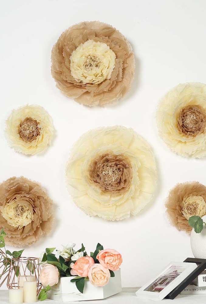 E o que acha de apostar em tons terrosos e neutros para suas flores gigantes de papel de seda?