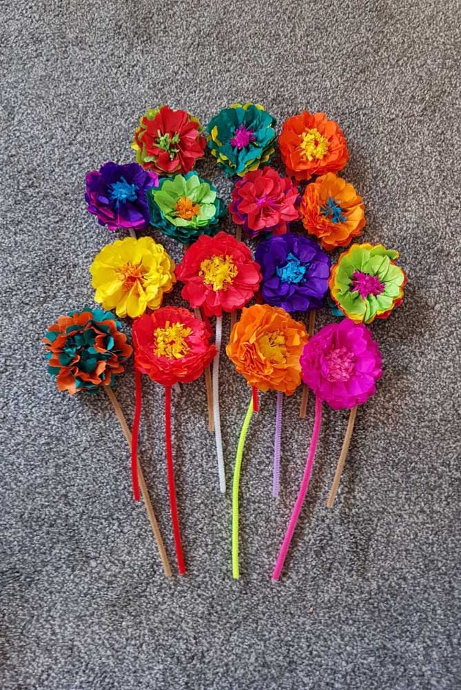 Flores de papel de seda coloridas decoram os enfeites de cabelo