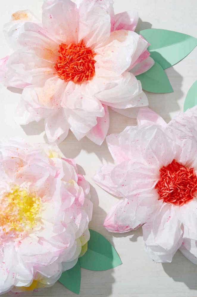 Capriche no miolo para deixar as flores de papel de seda mais realistas