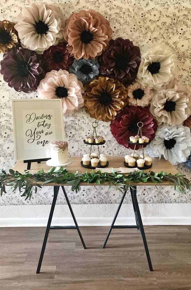 Flor de papel de seda para decoração de casamento. Os tons metálicos e marcantes deixam as flores elegantes e sofisticadas