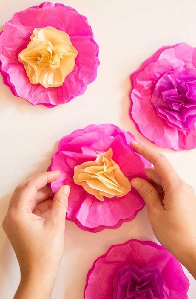 Com paciência e um tempinho exclusivo você confecciona lindas flores de papel de seda