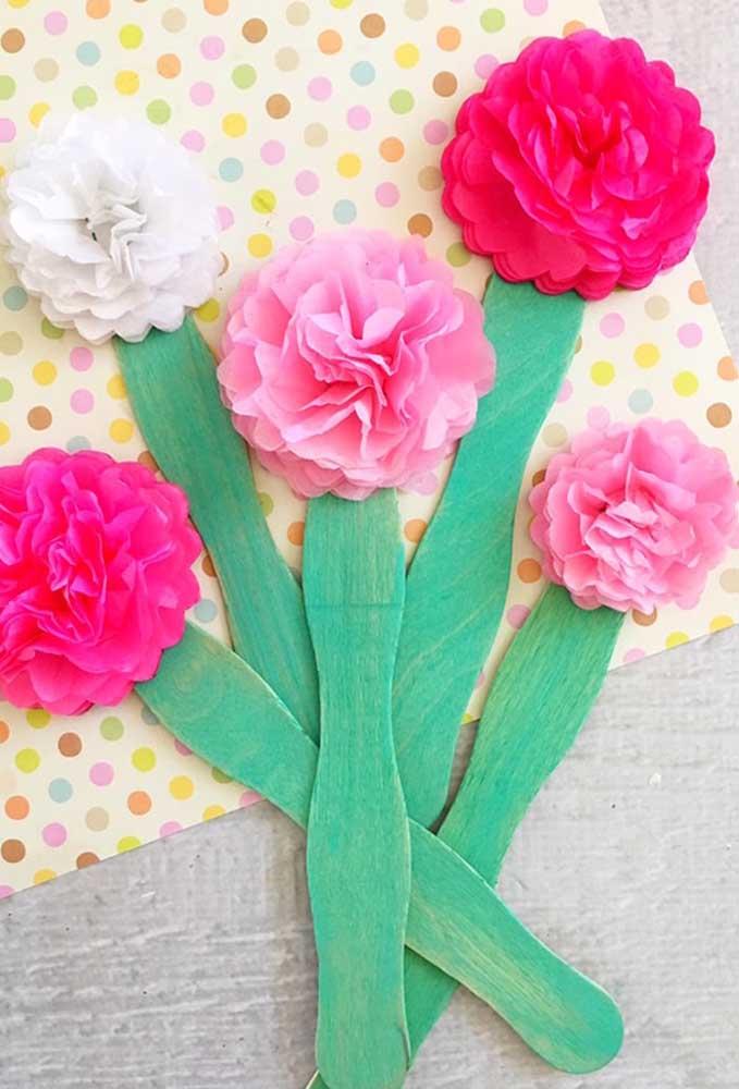 Aqui, a ideia é fazer o talo das flores de papel de seda usando palitos de sorvete pintados de verde