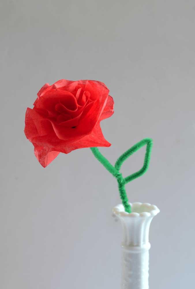 Rosa de papel de seda solitária, mas cumprindo muito bem sua função decorativa
