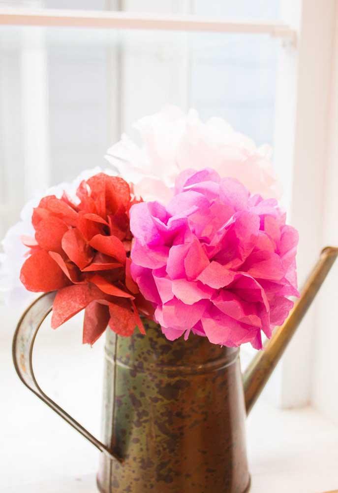 O bule antigo deu um toque rústico super charmoso ao arranjo de flores de papel de seda