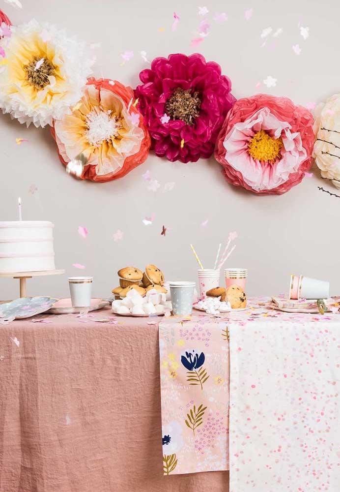 Para a decoração dessa festa bastaram as flores de papel de seda na parede
