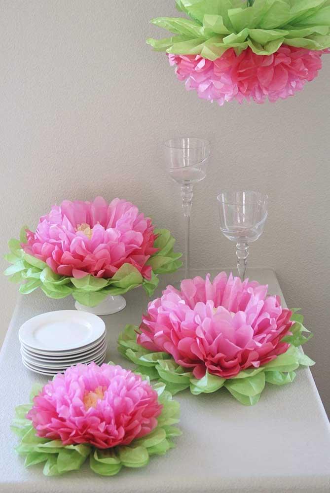 E o que acha de decorar a mesa de jantar com flores de lótus feitas em papel de seda? Impressione os seus convidados!