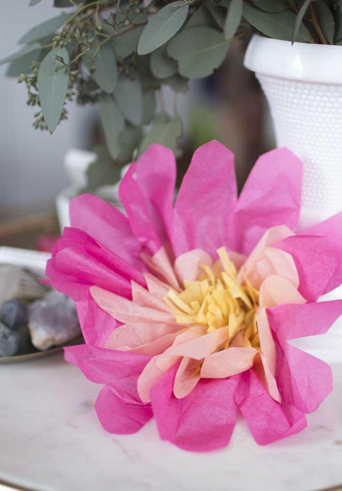 Flor de papel de seda em duas cores