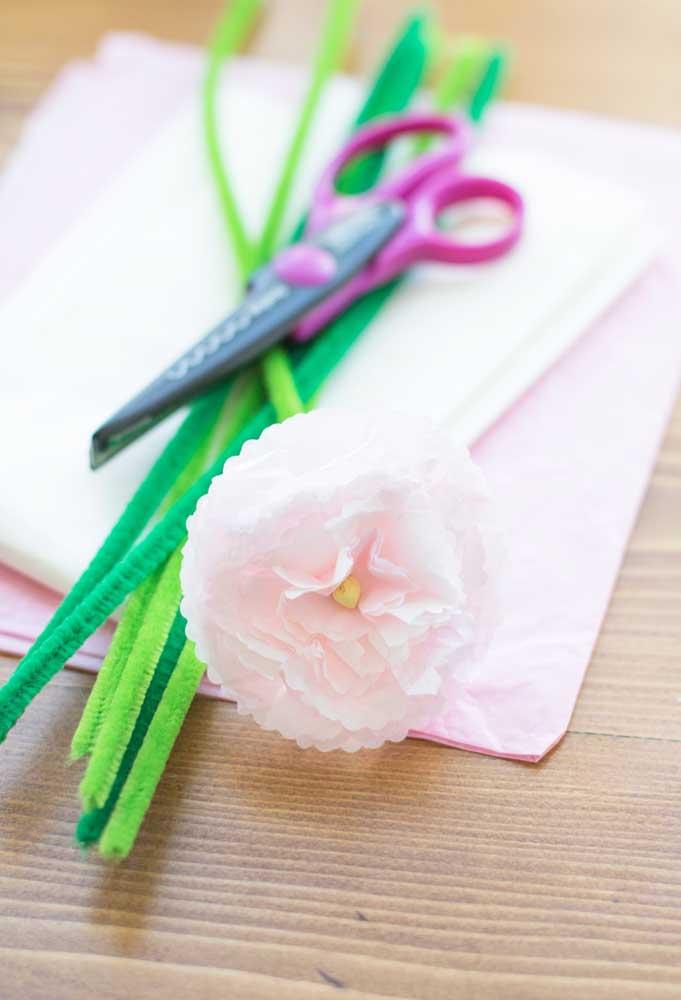 Para fazer a flor de papel de seda você vai precisar de apenas dois materiais: tesoura e papel de seda
