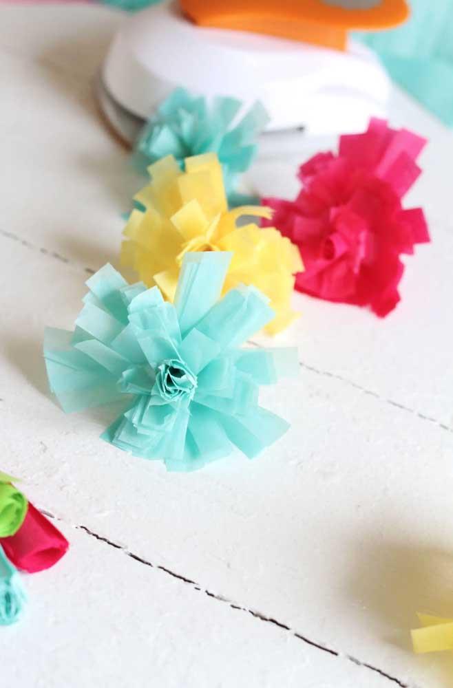 Planeje sua decoração e faça as flores de papel de seda nas cores que mais combinarem com ela