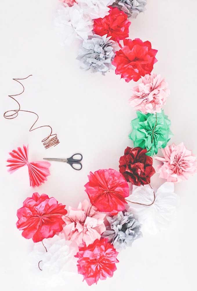 Cordão com flores de papel de seda para embelezar qualquer espaço da festa ou da casa