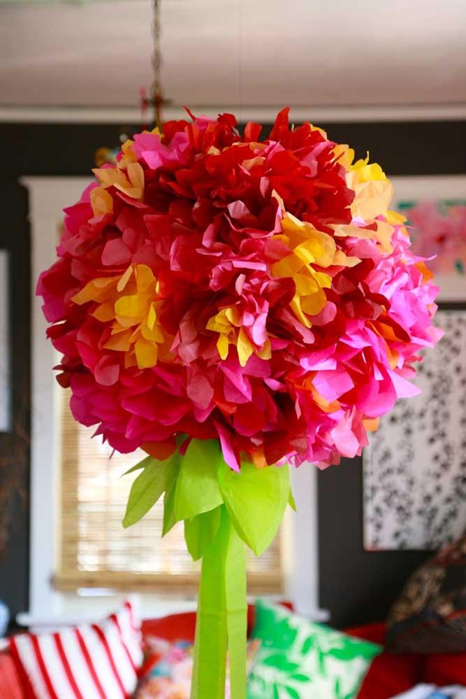 Arranjo suspenso com flor de papel de seda: cor e vida na decoração da casa