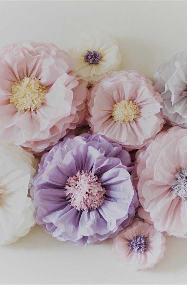 Uma dica legal é mesclar tamanhos variados de flores de papel de seda para criar uma decoração mais dinâmica e descontraída