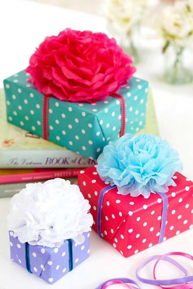 Olha que boa ideia: flores de seda para decorar o embrulho com os presentes