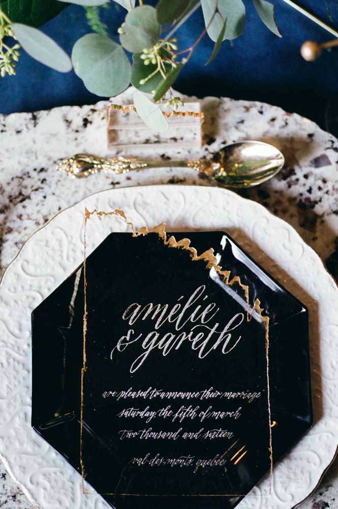 Mesa posta para o baile de máscaras. Destaque para a paleta de cores da festa: preto, branco e dourado