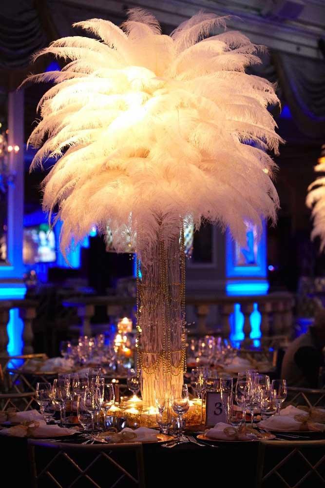 Centro de mesa para o baile de máscaras feito com plumas