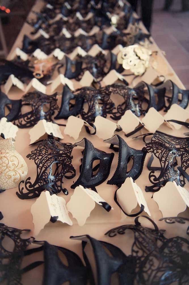 Deixe máscaras na entrada do baile para cada convidado pegar a sua