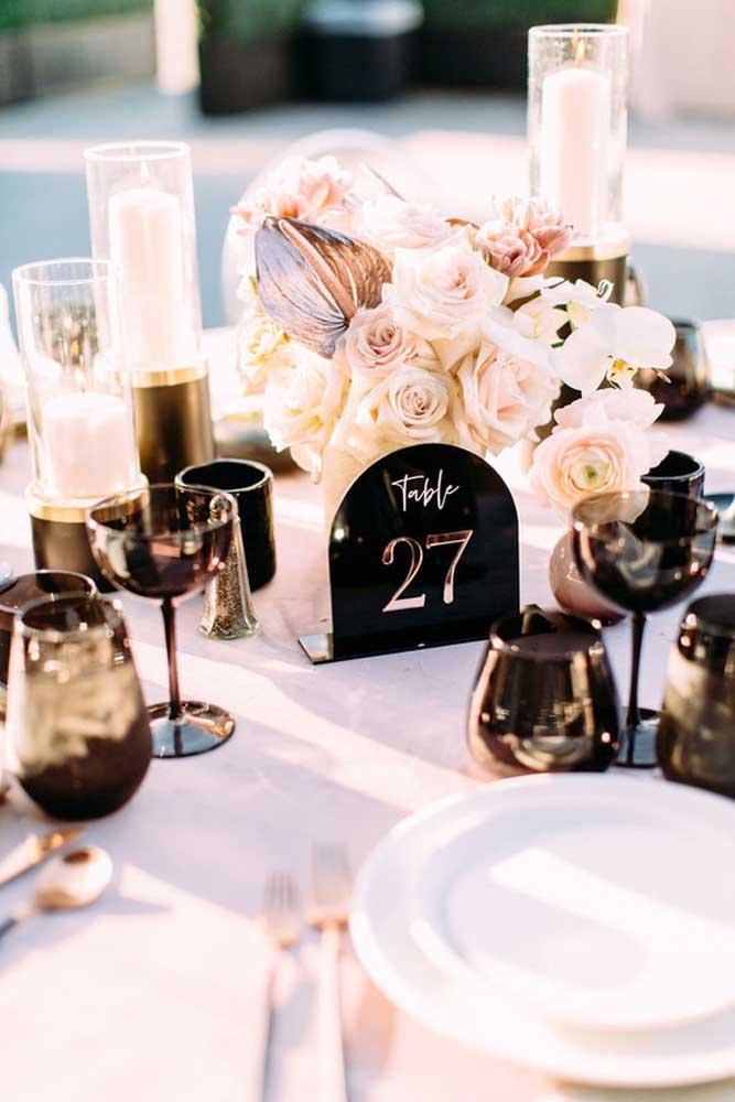 Flores e velas no centro de mesa do baile de máscaras