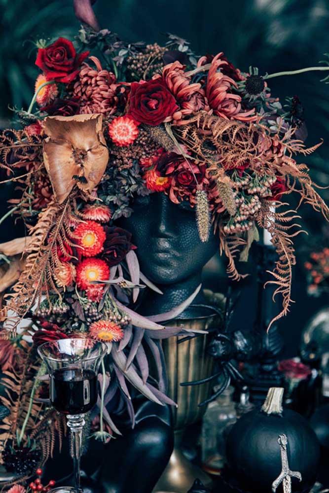Um arranjo de flores todo caracterizado para o baile de máscaras