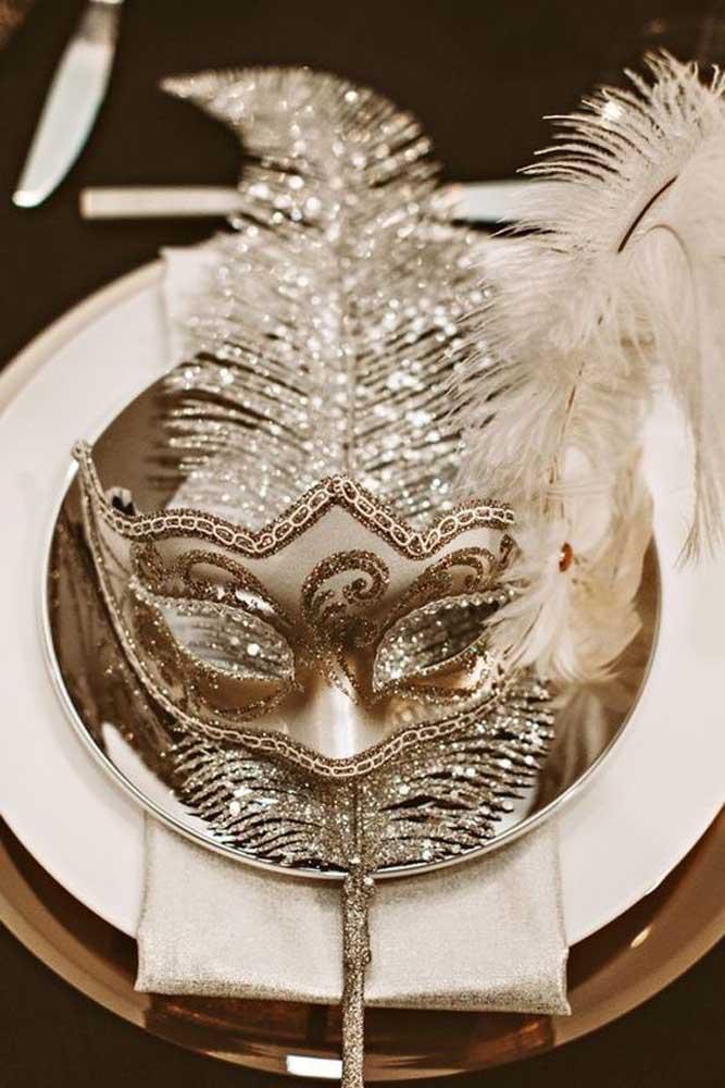 Kit baile de máscaras sobre os pratos de cada convidado
