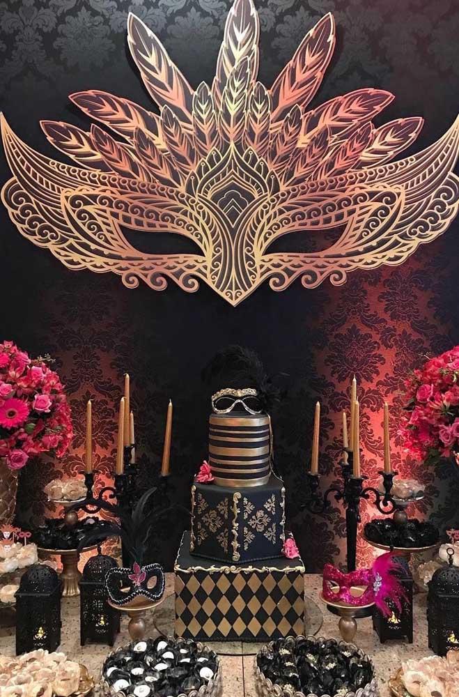 Preto, vermelho e dourado para criar um baile de máscaras cheio de magia e mistérios