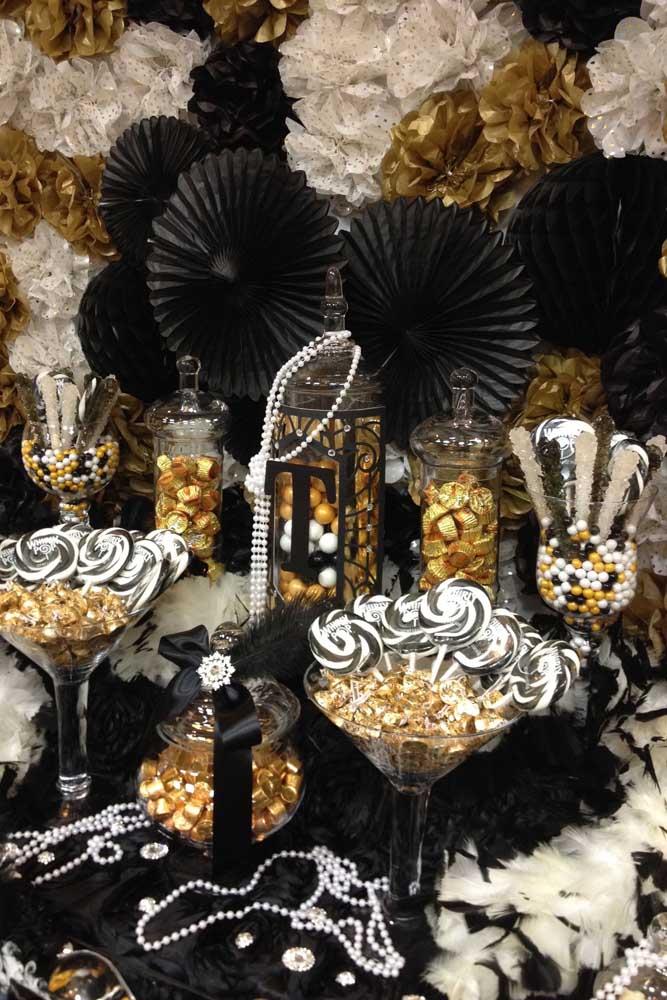 Preto, branco e dourado na decoração desse outro baile de máscaras