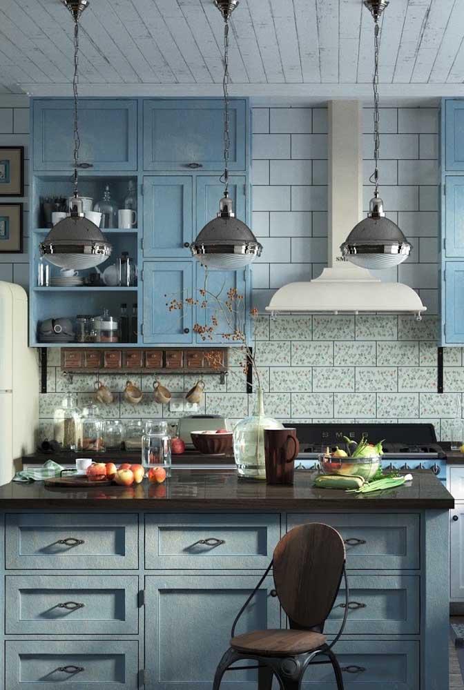 Cozinha provençal moderna. Repare que os pendentes fazem referência ao estilo industrial