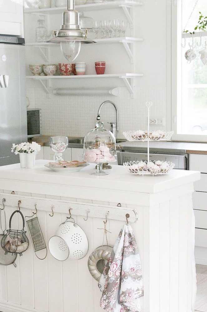 As louças expostas são o grande destaque dessa cozinha provençal branca