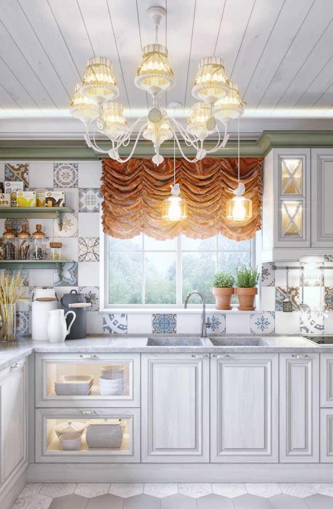 Nessa cozinha provençal é a cortina e o lustre que chamam toda atenção