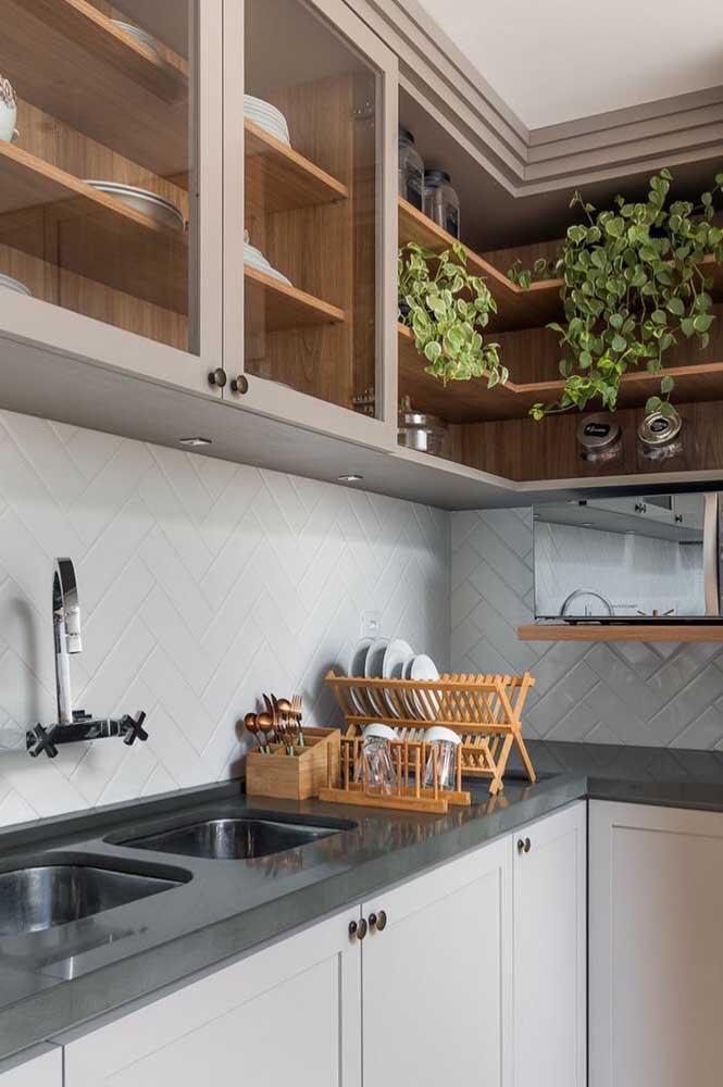 Armários com porta de vidro são outra característica forte do estilo provençal. Aqui também os móveis planejados garantem modernidade para a cozinha