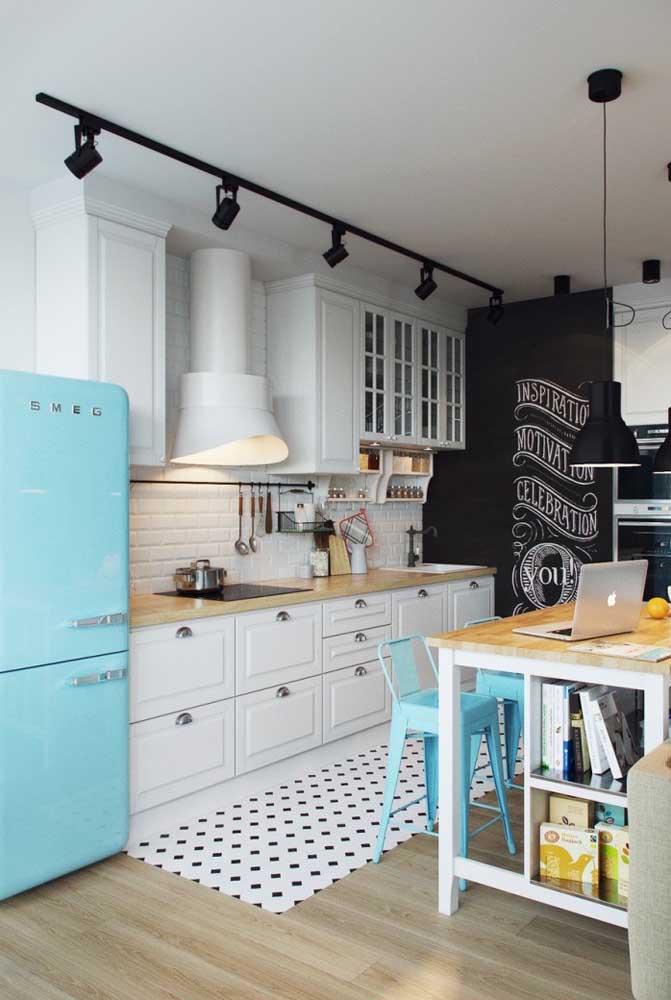 Aqui, o branco característico da cozinha provençal divide espaço com o azul alegre, típico das decorações de estilo retrô