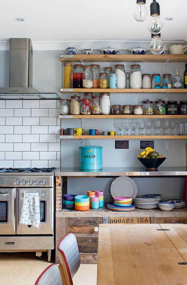 Cozinha provençal sem armários, só com prateleiras