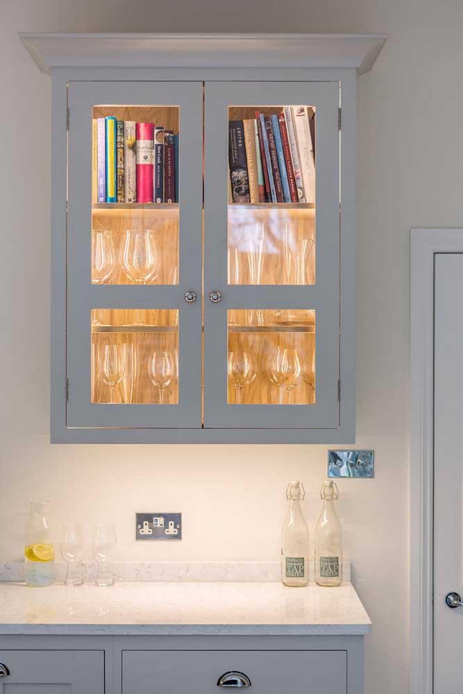 Iluminação dentro do armário para valorizar a porta de vidro