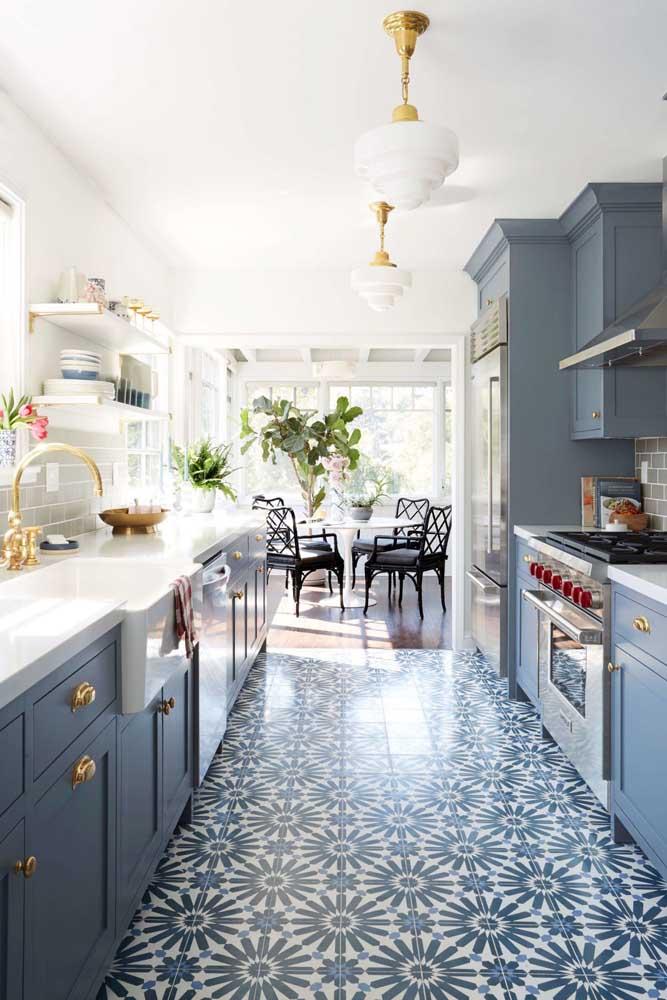 Cozinha provençal integrada com a sala de jantar