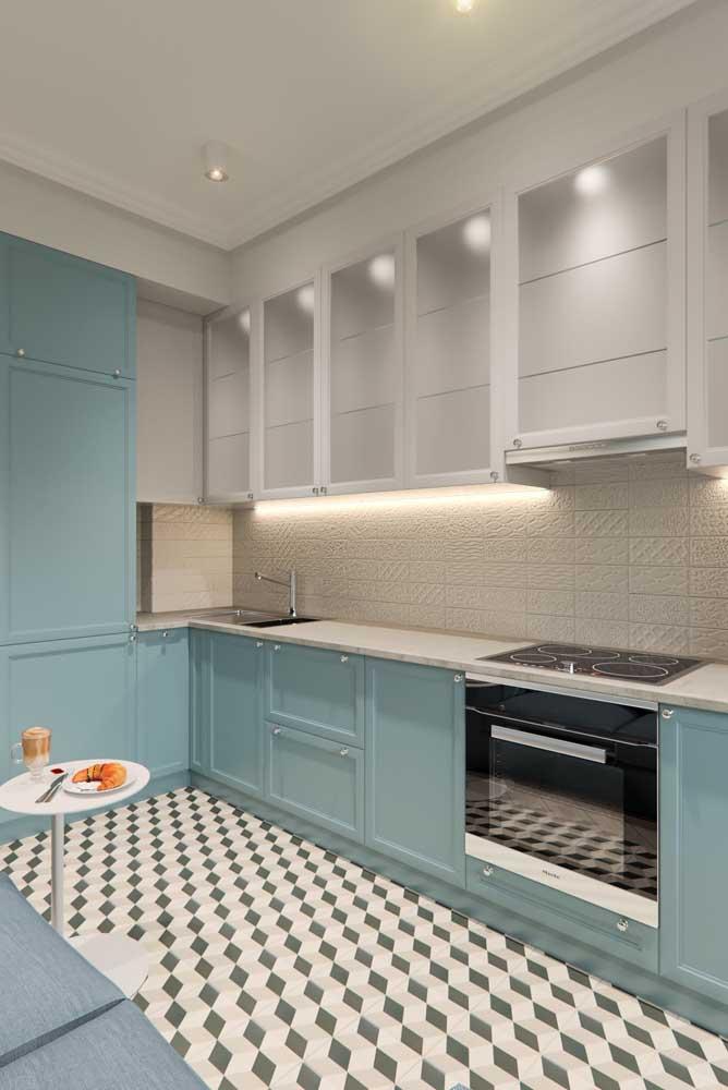 Cozinha provençal azul e branca com iluminação de LED