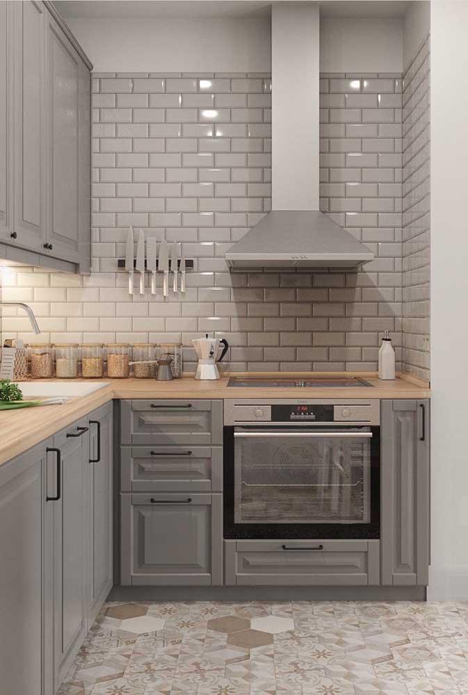 O charme dessa cozinha provençal está na combinação entre o cinza e a madeira clara